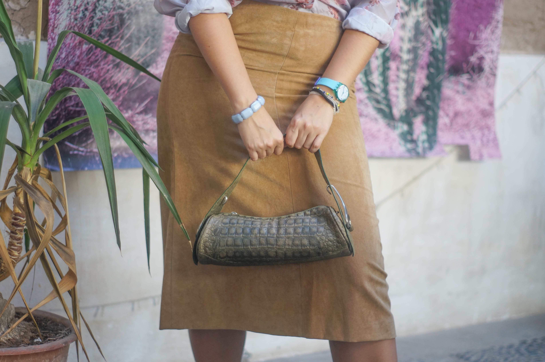 Falda  corte en A de gamuza sintetica color camel Talla L - XL