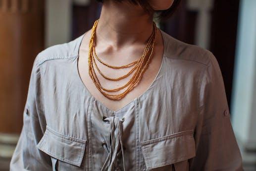 Conjunto collar, pulsera, aretes y anillo de mostacillas mostaza, con broche de plata 950 foto 1