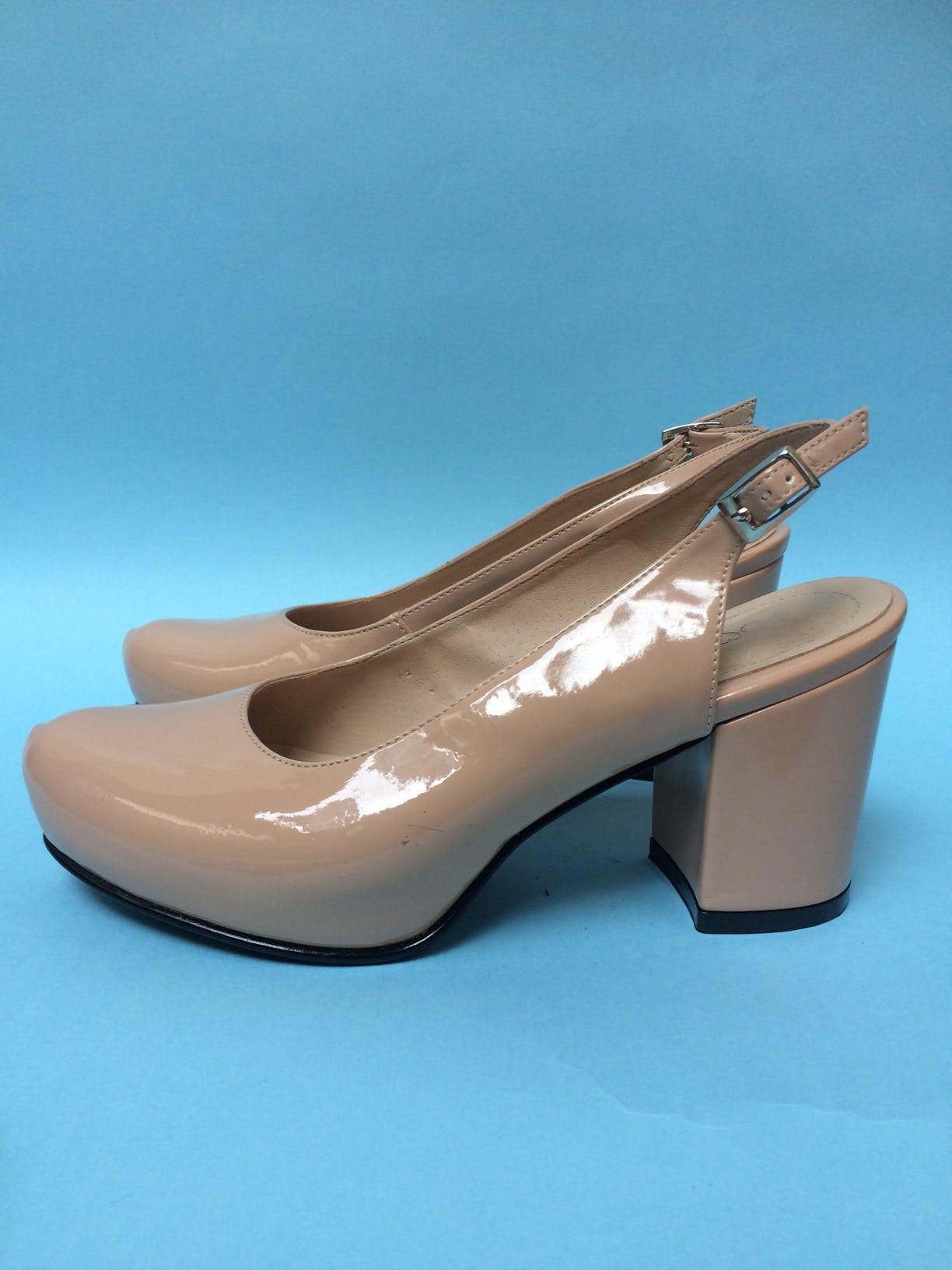 Zapatos nude tipo charol, punta redonda y talón abierto, con correa en el tobillo. Estado 9.5/10 Taco 7 Talla 35 Antes: 47 Ahora: