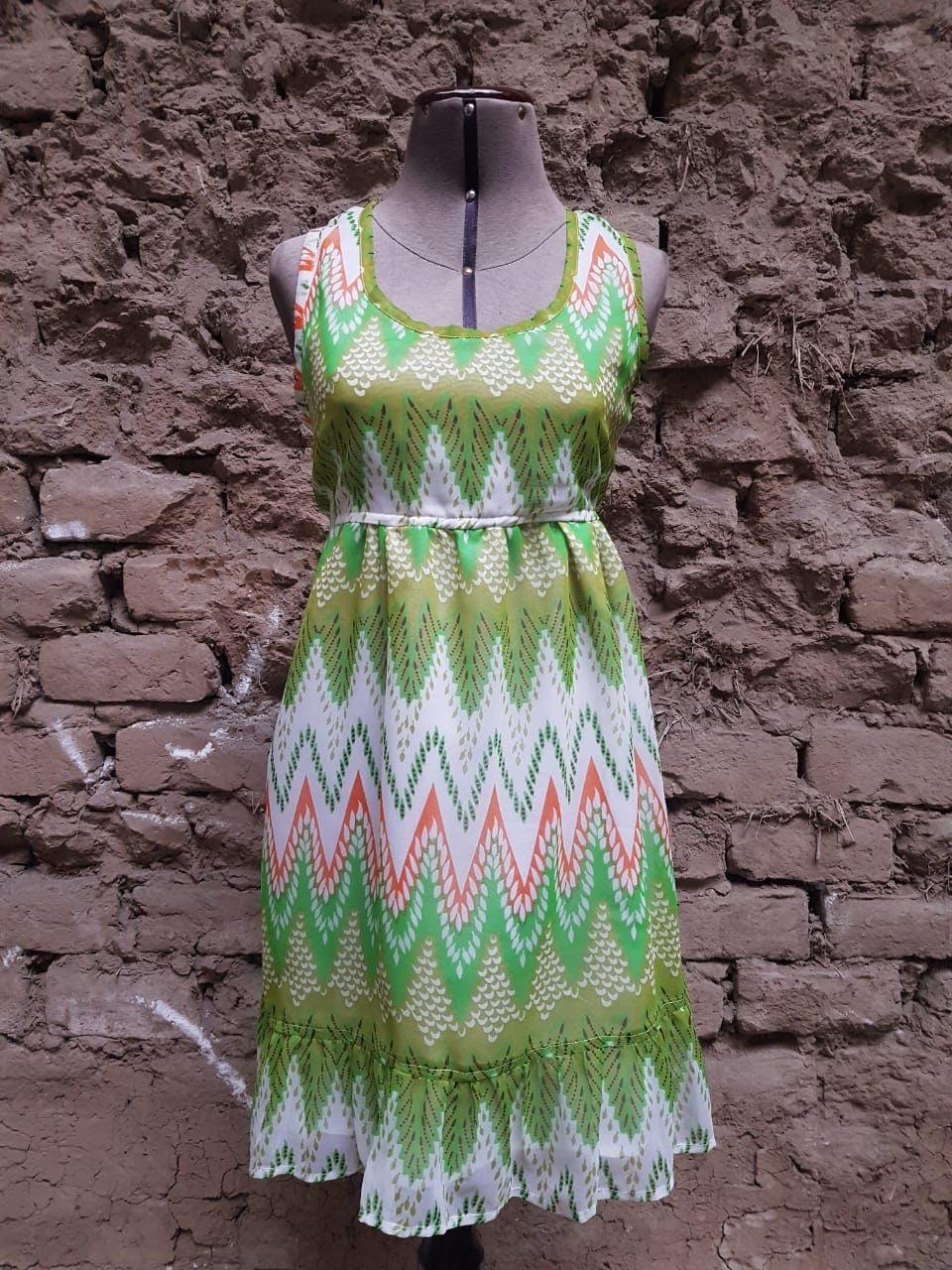 Vestido de gasa verde con estampado tribal en verde y naranja, tiene forro Talla M