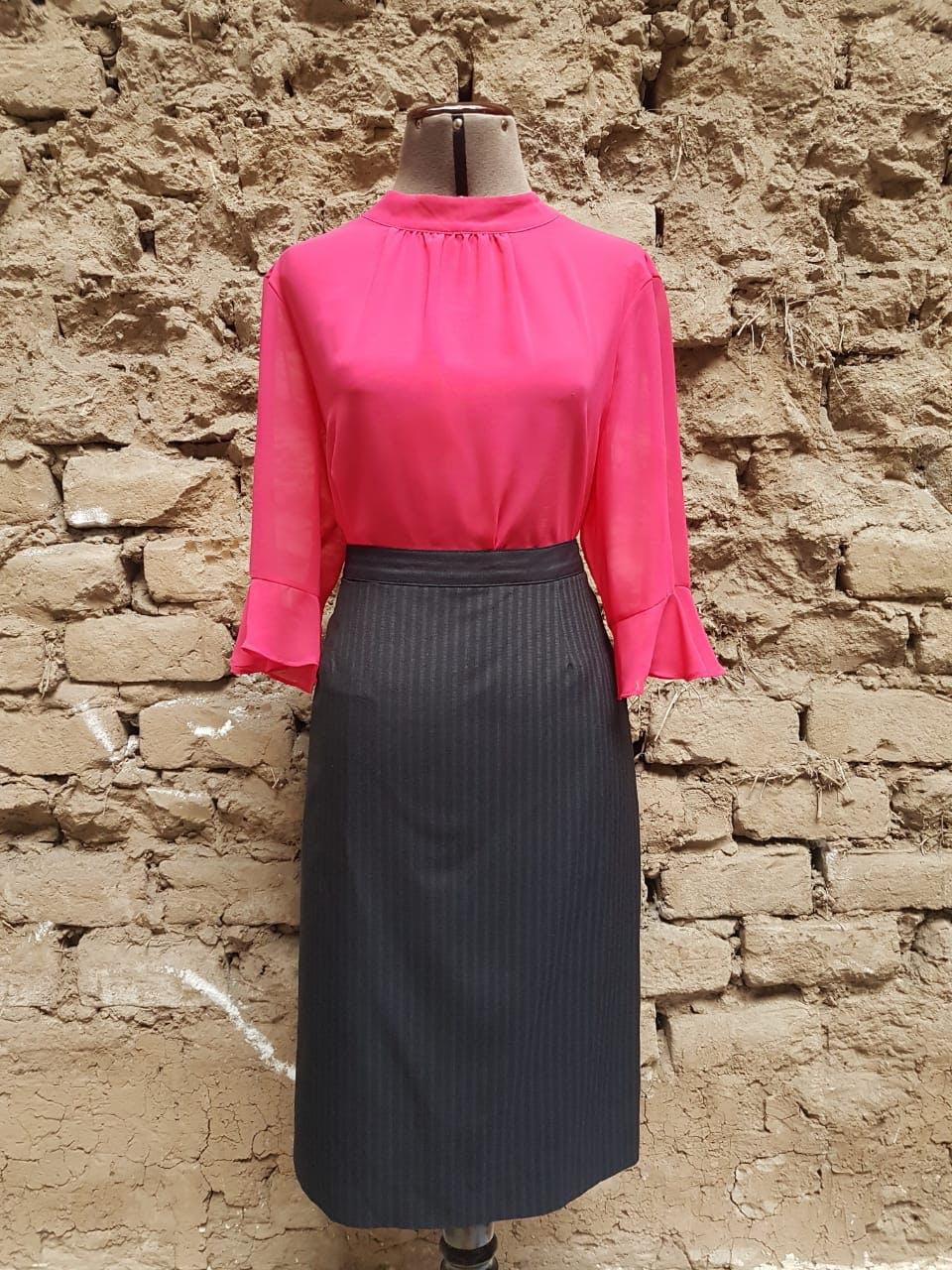 Falda recta, tela sastre, azul marino con líneas azul claro, forrada, con cierre y botón posterior Talla L