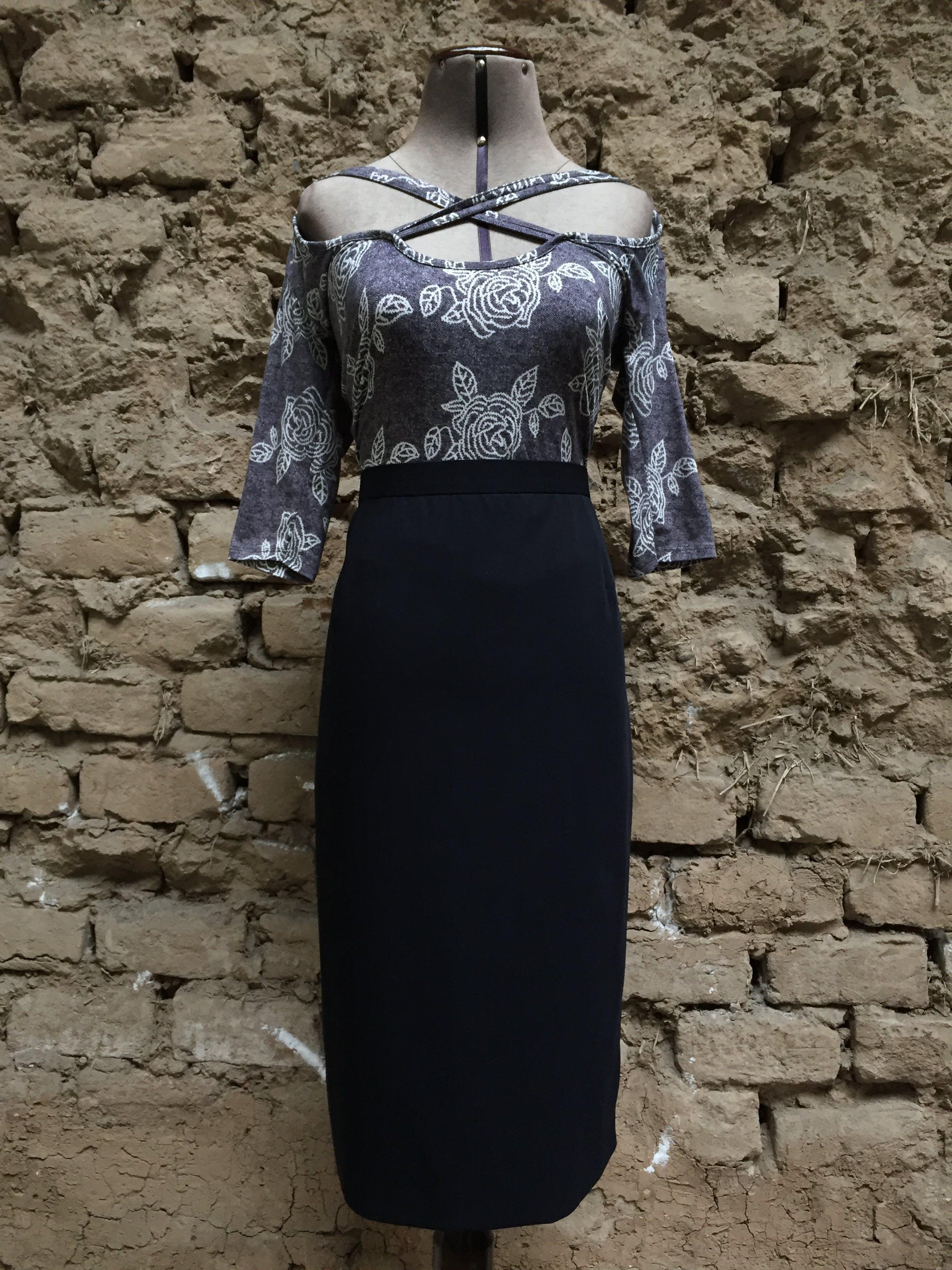 Falda Escada 100% lana virgen azul. Precio original USD250 Nueva con etiqueta Talla L