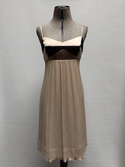Vestido BCBGMaxAzria 100% seda, falda con textura corrugada de gasa beige, forrado, con cierre lateral. Tela muy rica al tacto y con linda caída. Precio original USD290  Talla M foto 1