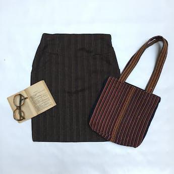 Cartera tipo tejido andido con líneas multicolor, doble asa, forrada y compartimentos con cierre. Largo 22cm Alto 28cm Ancho 7cm foto 1