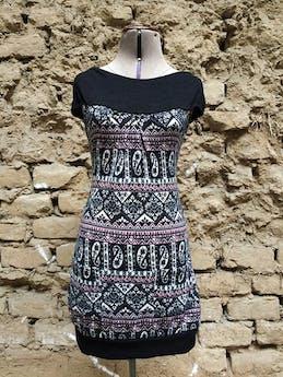 Vestido mini, textura tipo tejido con estampado tribal en tonos rosados, negros y blancos, cuello bote, manga cero, con pretina y bolsillos en la basta Talla S foto 1