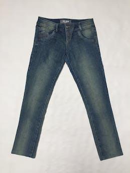 Pantalón jean Scombro azul focalizado, 97% algodón, con detalle de pespuntes blancos Talla 28 foto 1