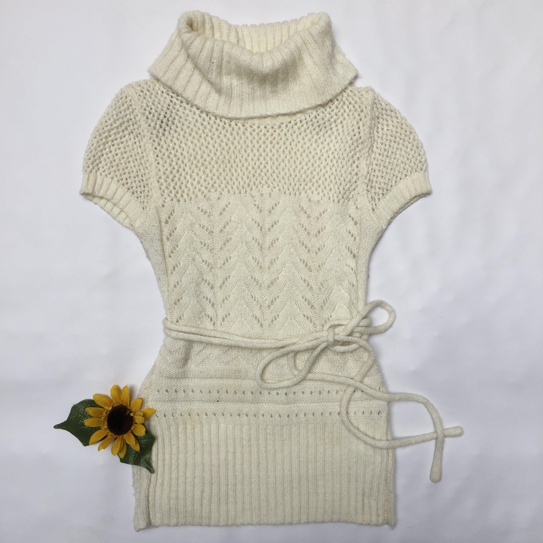 Chompa larga 38% lana crema, cuello tortuga, manga corta y tiras regulables en la cintura. Linda! Úsala con leggings Talla M