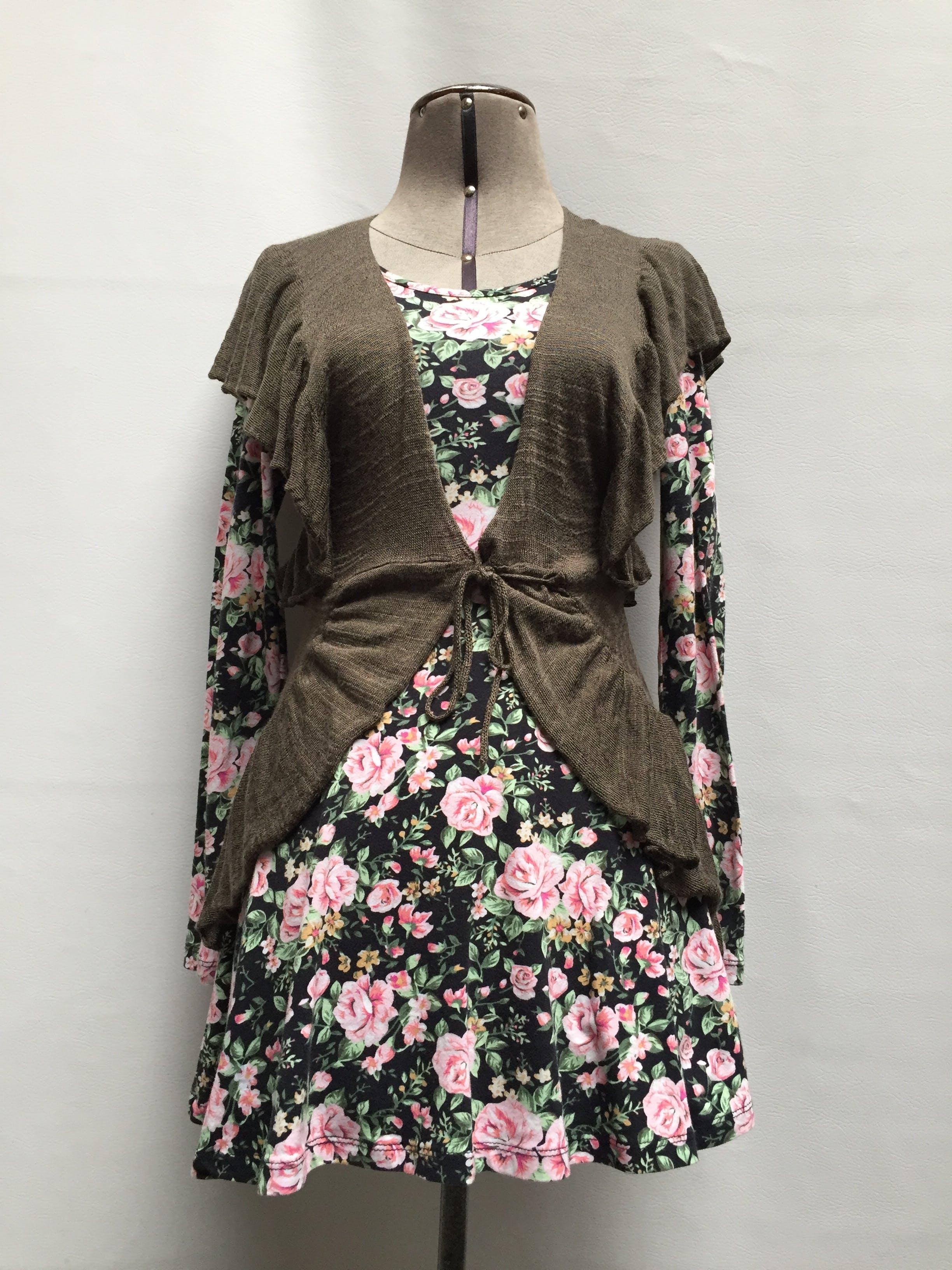 Vestido corto 95% algodón color negro con estampado de flores rosadas, corte en la cintura y falda campana Talla S