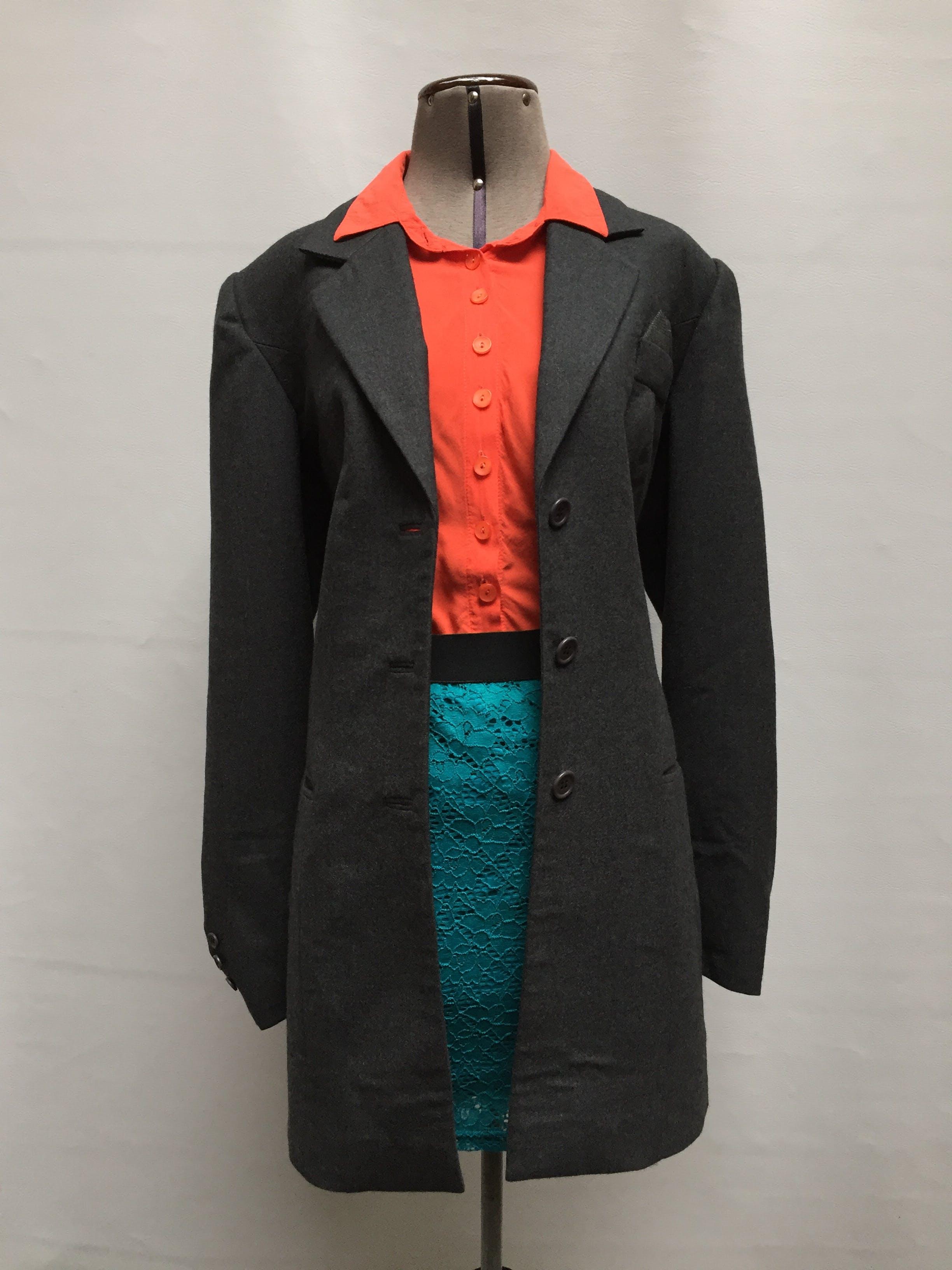 Abrigo de paño gris, forrado, con solapas y botones, bolsillos delanteros. Lindo! Talla L
