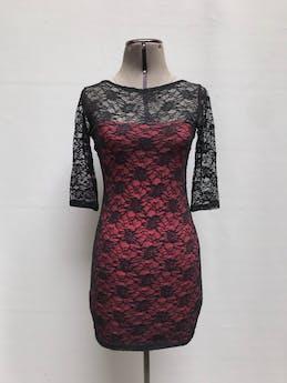 Vestido de encaje negro con forro rojo y manga 3/4.  Talla S foto 1