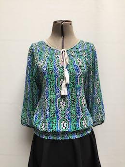 Blusa Basement de gasa con estampado tribal en tonos azules, verdes, blancos y negros, cuello redondo con tira regulable y elástico en los puños y basta Talla S (puede ser M chico) foto 1
