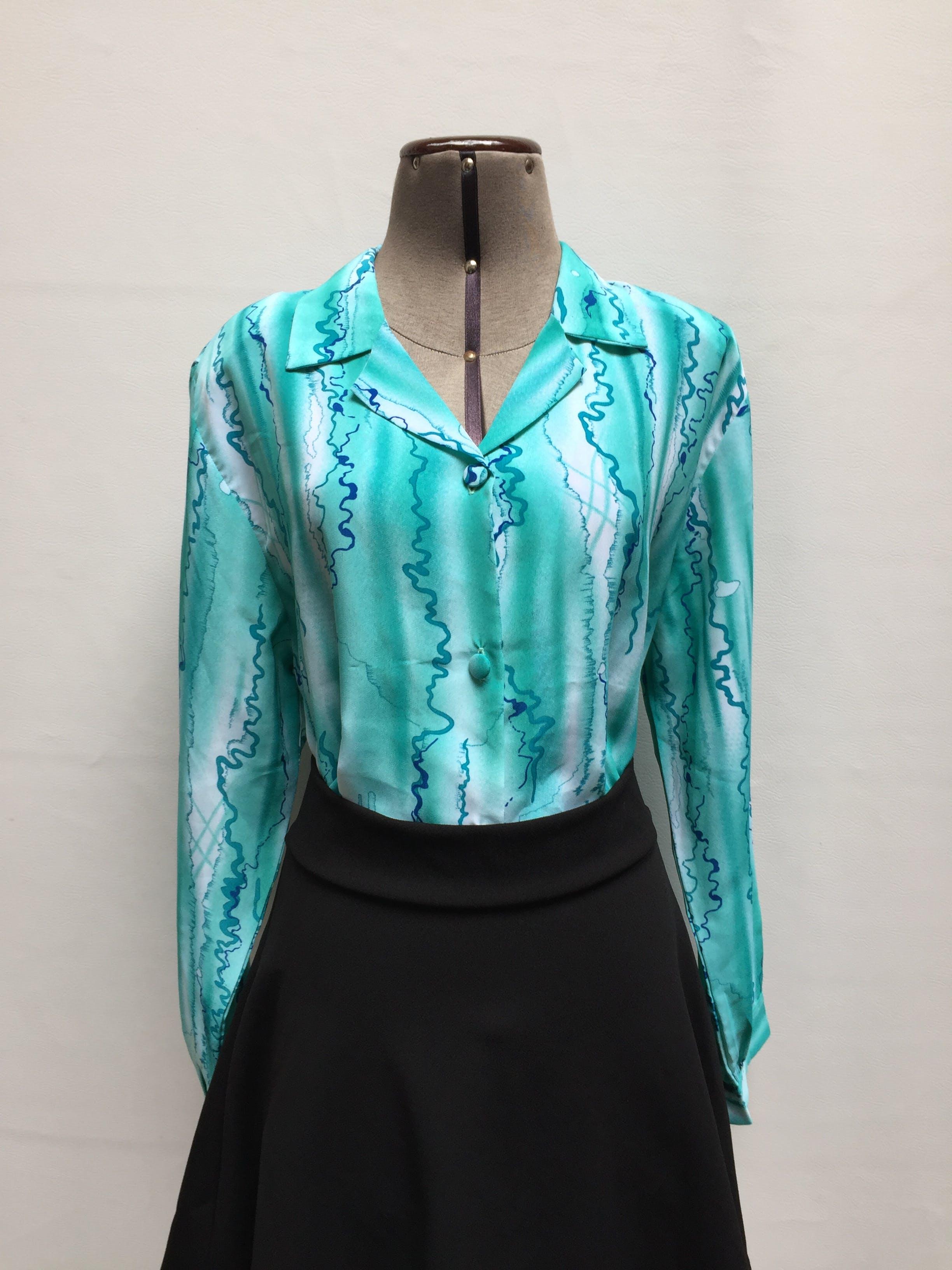 Blusa de gasa con estampado turquesa y blanco, cuello camisero con fila de botones Talla XL