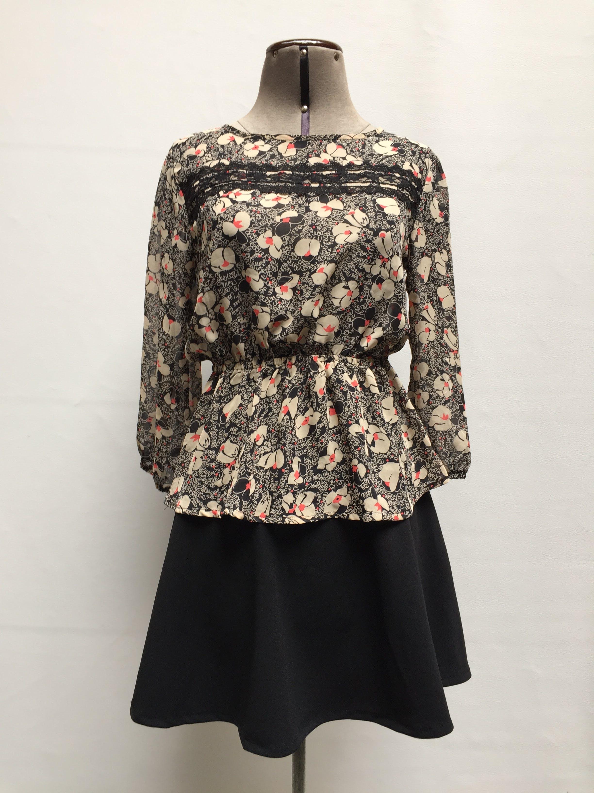 Blusa de gasa negra con estampado de flores beige y anaranjadas, elástico en la cintura y guipur en el pecho. Linda! Talla XS/S