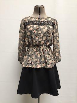 Blusa de gasa negra con estampado de flores beige y anaranjadas, elástico en la cintura y guipur en el pecho. Linda! Talla XS/S foto 1