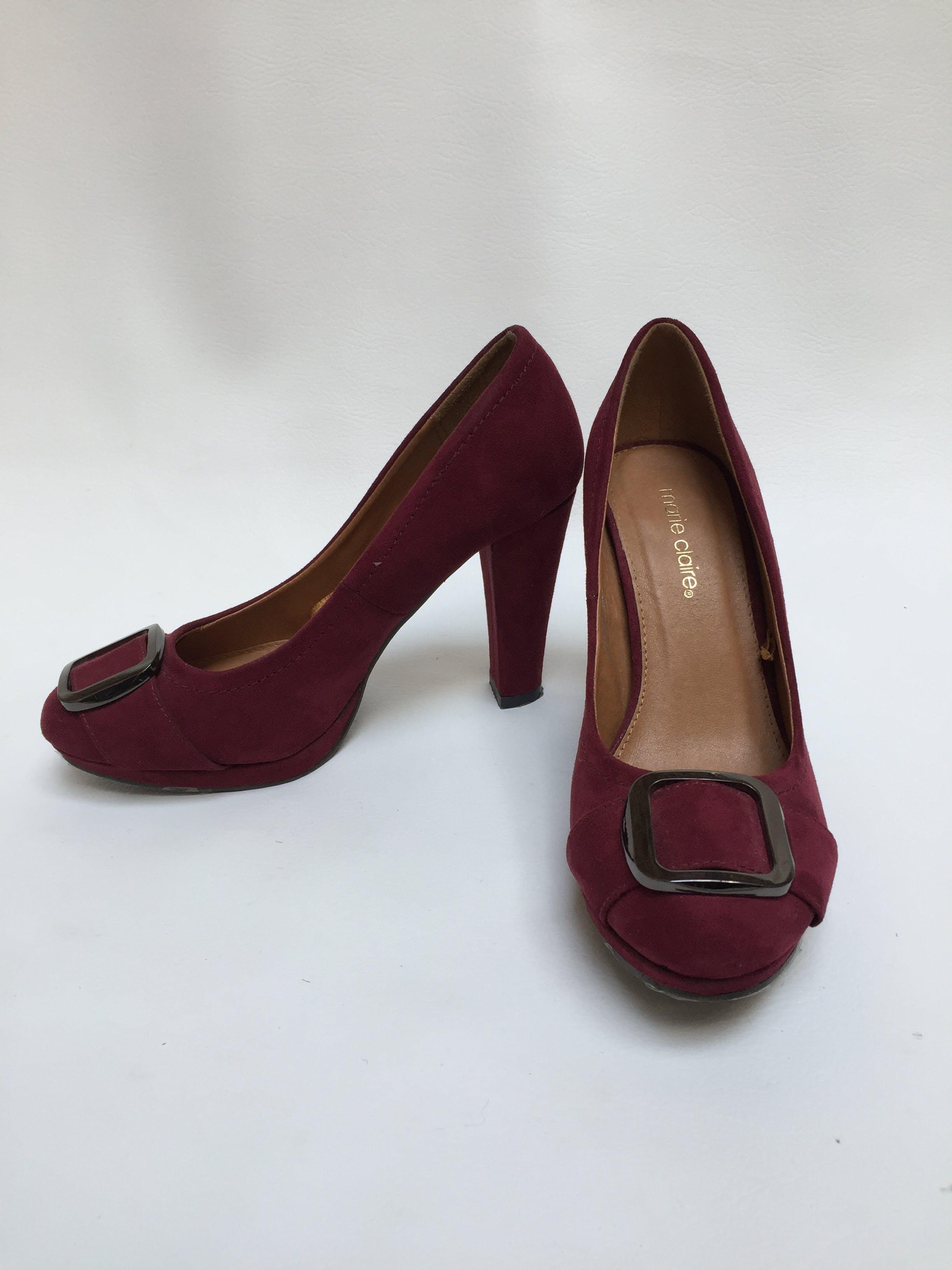 Zapatos Marie Claire tipo gamuza guinda con detalle de hebilla plateada, taco 9. Nuevas! Talla 39