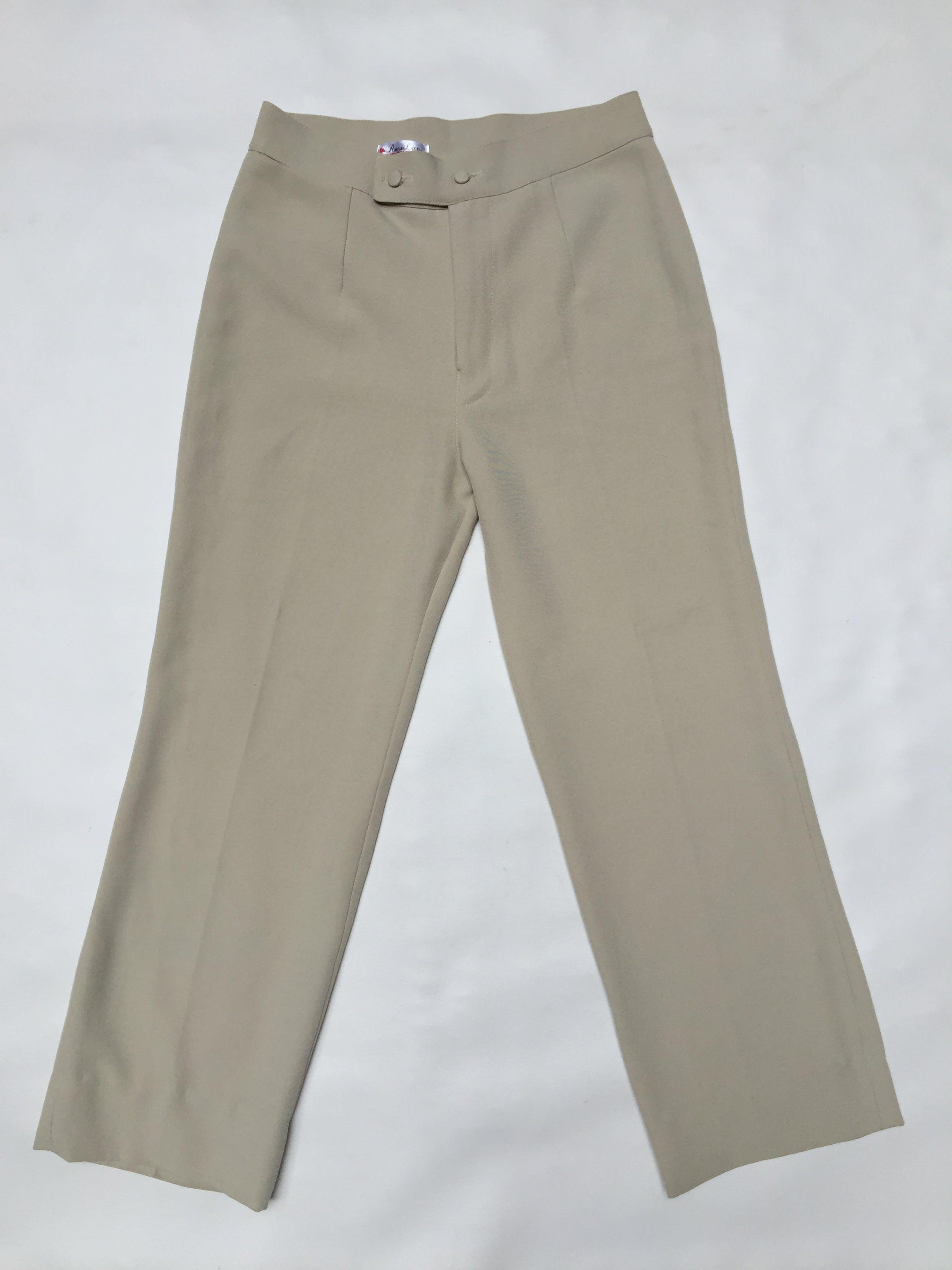 Pantalón crema tipo sastre a la cintura, corte recto, lleva cierre y botones delanteros Talla 28