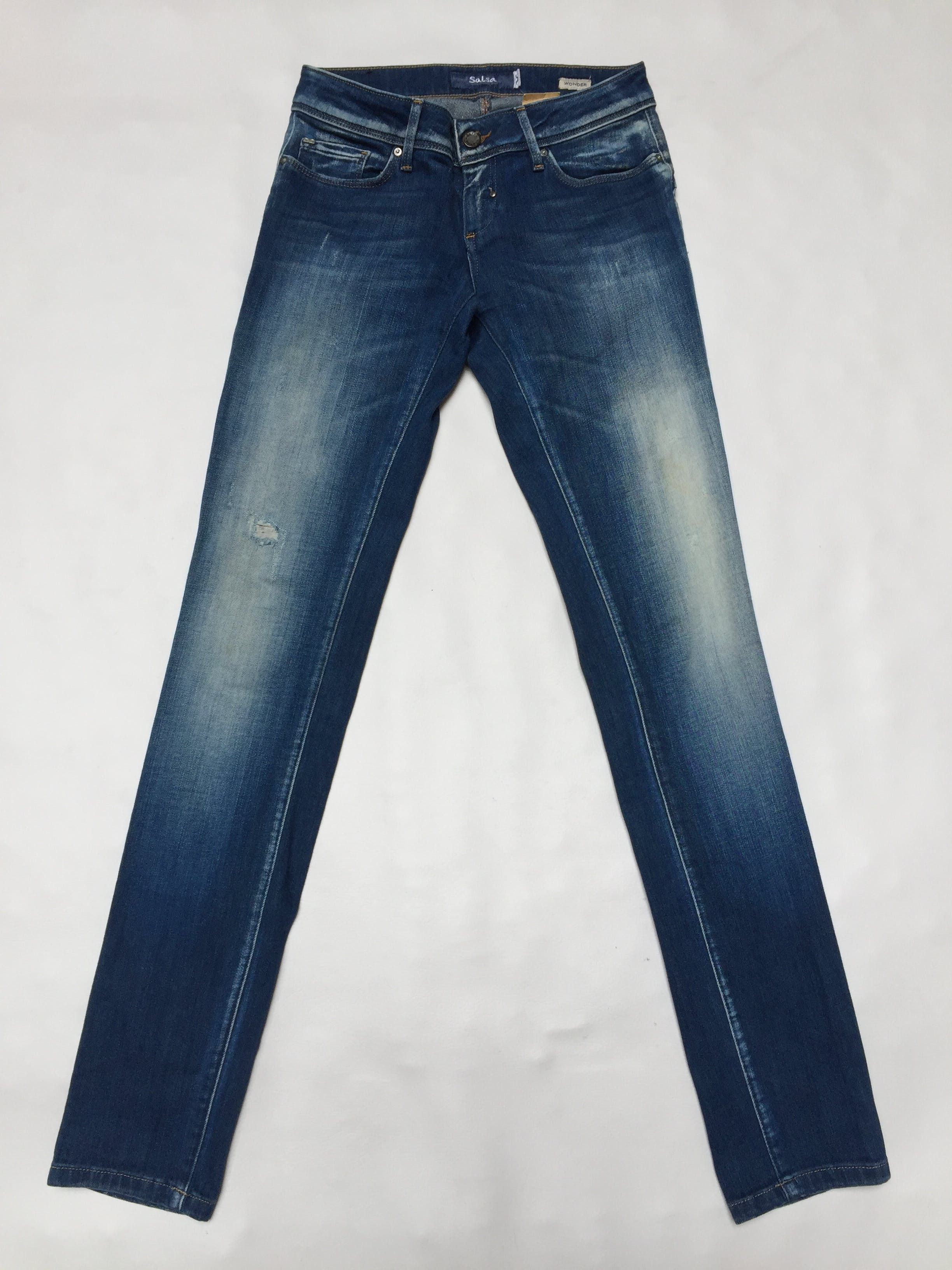 Jean Salsa, modelo wonder-push up, tiene un corte especial para formar derrier.  Pitillo, 92% algodón, focalizado. Precio original S/270 Talla 28