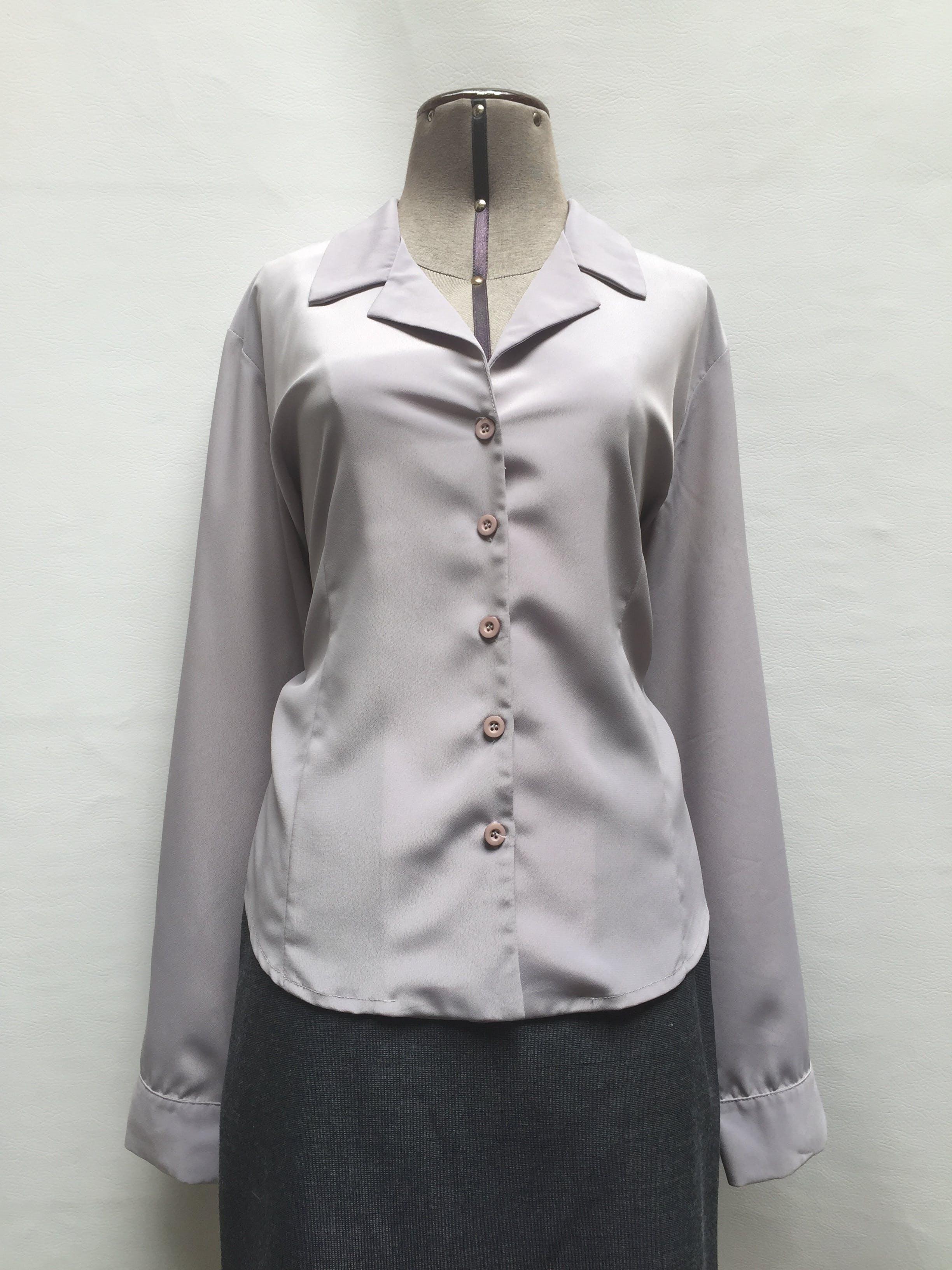 Blusa vintage de gasa gruesa ploma, cuello camisero, botones en el centro y manga larga Talla XL