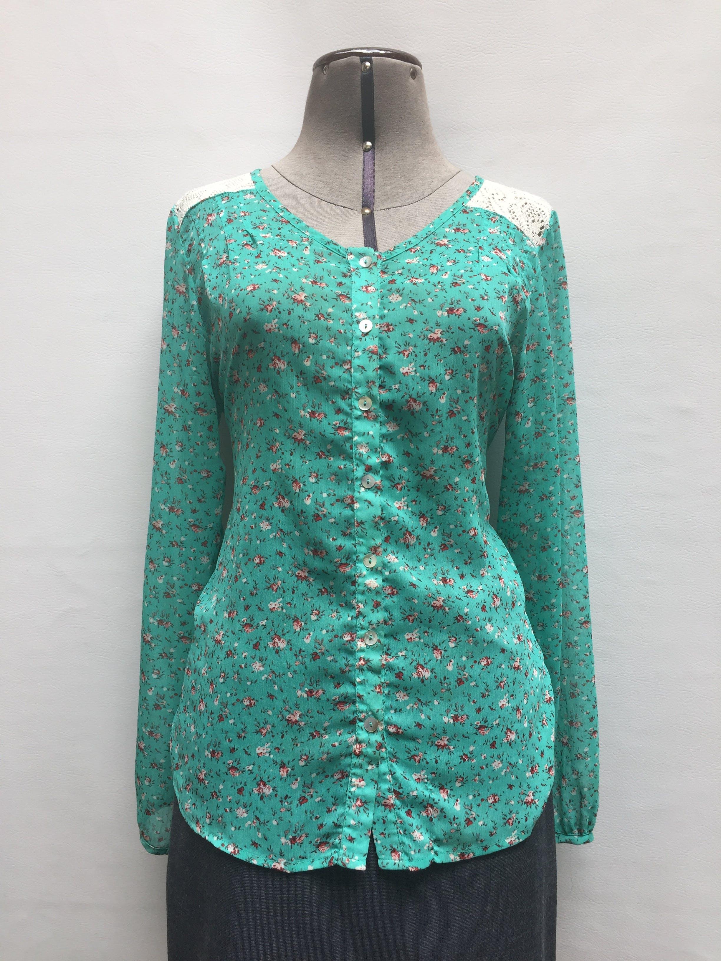 Blusa de gasa verde jade con estampado de flores, encaje canesú en los hombros, abotonada Talla S (puede ser M)