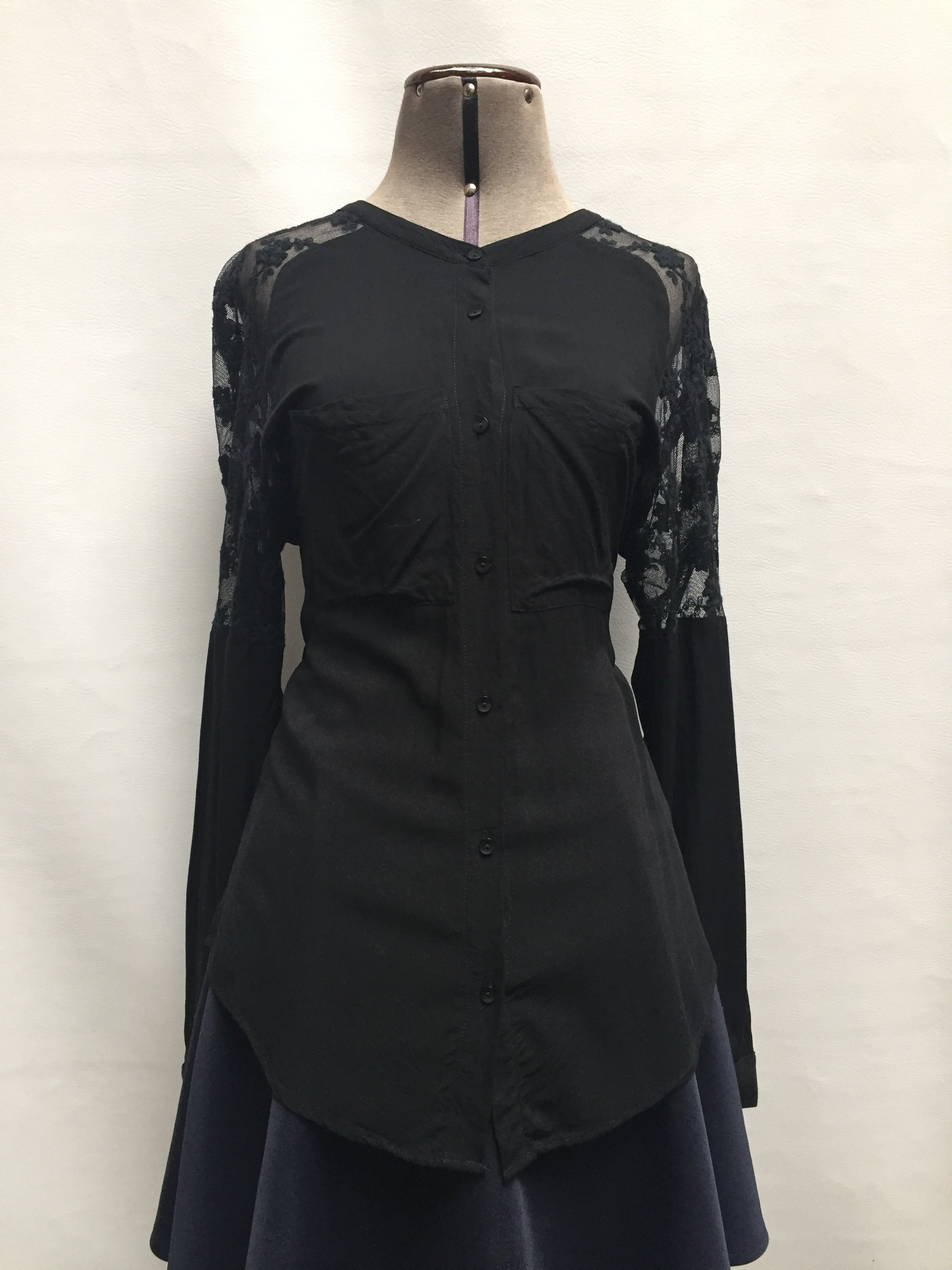 Blusa 90% algodón negro con tul bordado en hombros, bolsillos en el pecho y botones negros. Talla L