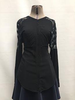 Blusa 90% algodón negro con tul bordado en hombros, bolsillos en el pecho y botones negros. Talla L  foto 1