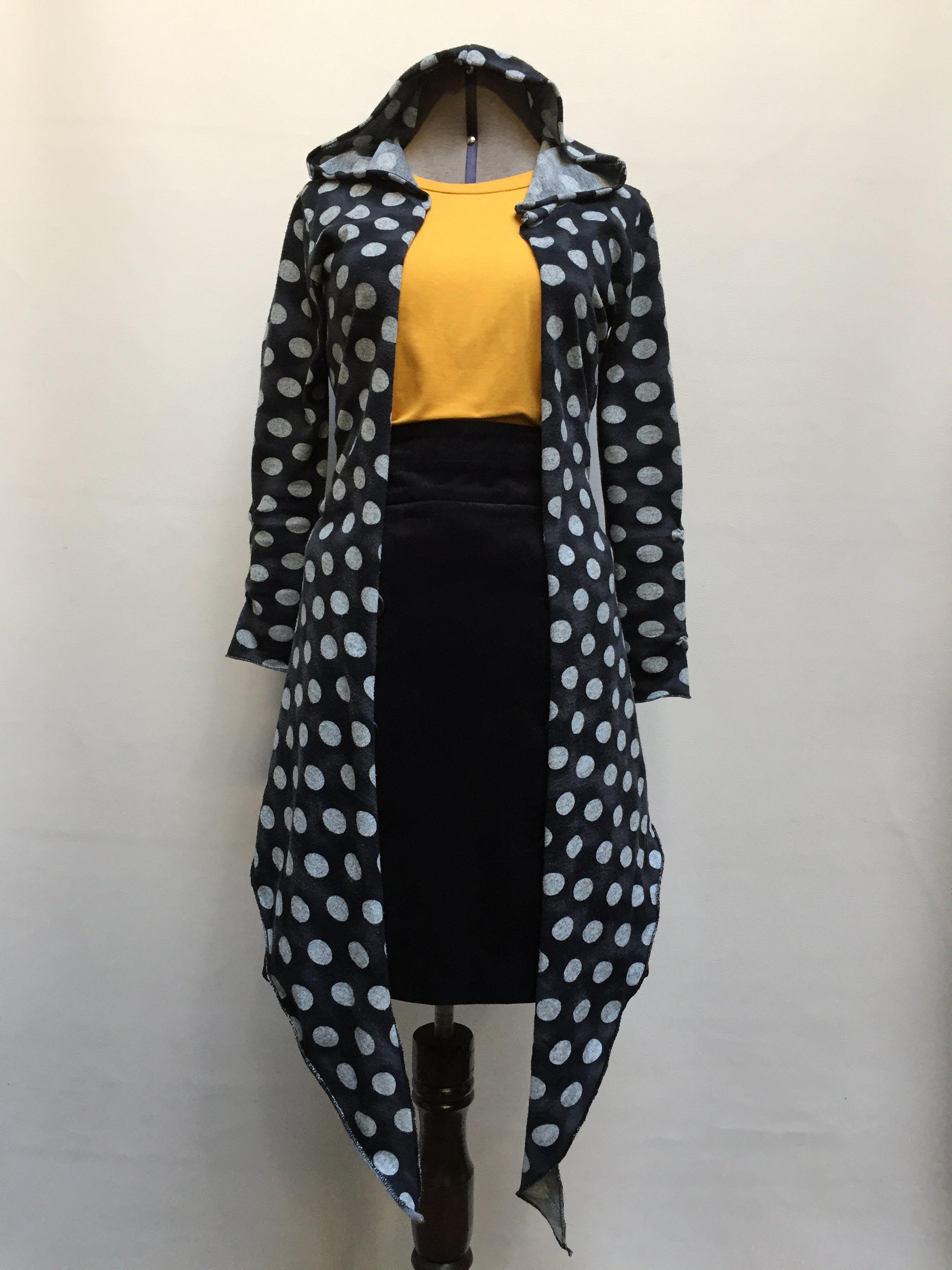 Cardigan gris con polka-dots blancos, capucha, basta delantera en punta  Talla S
