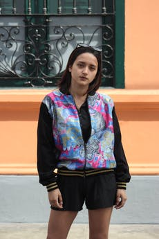 Bomber jacket de cuerpo satinado estampado barroco en tonos azules y rosa, cuello y mangas negras, lleva cierre delantero y pretinas negras con franjas doradas. COLECCIÓN UPCYCLING. Rescatada de una falda vintage. foto 1