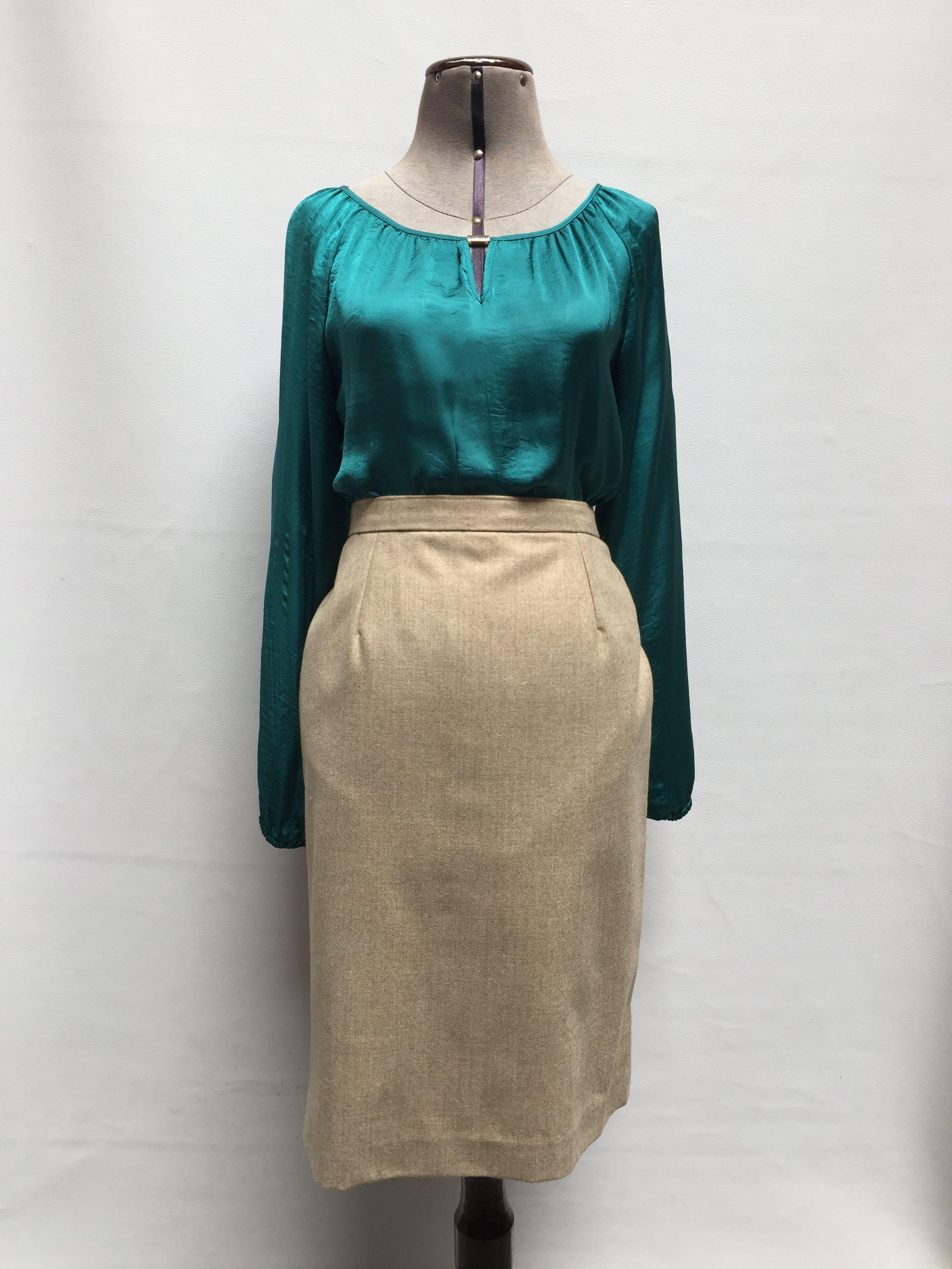 Falda recta a la cintura tipo lanilla  beige con cierre trasero, a la rodilla. Versátil para varios looks!  Talla L (cintura 82cm)