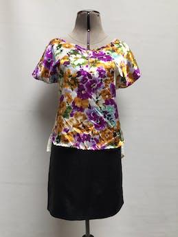 Blusa blanca satinada con estampado de flores en tonos violetas, celestes, amarillas y verdes, parte posterior de gasa blanca, cierre metálico en el escote y bolsillo en el pecho Talla M foto 1