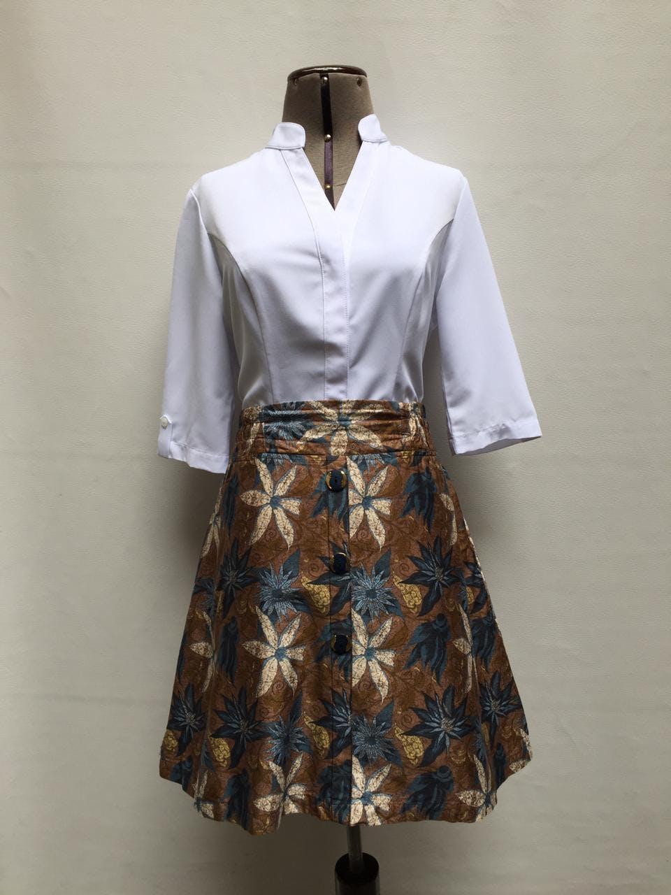 Blusa blanca de gasa gruesa, cuello nerú y escote en V, con fila de botones cubierta, manga 3/4, lleva pinzas. Arma lindo! Talla M