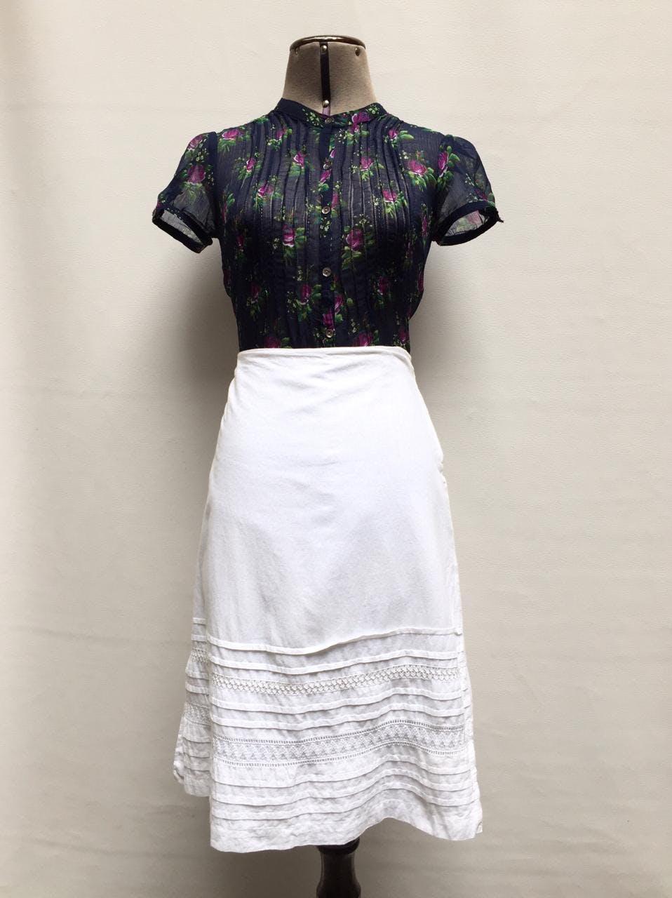 Falda a la rodilla blanca 100% algodón, doble capa de tela, con plisado y bordado en la basta delantera. Hermosa! Talla M