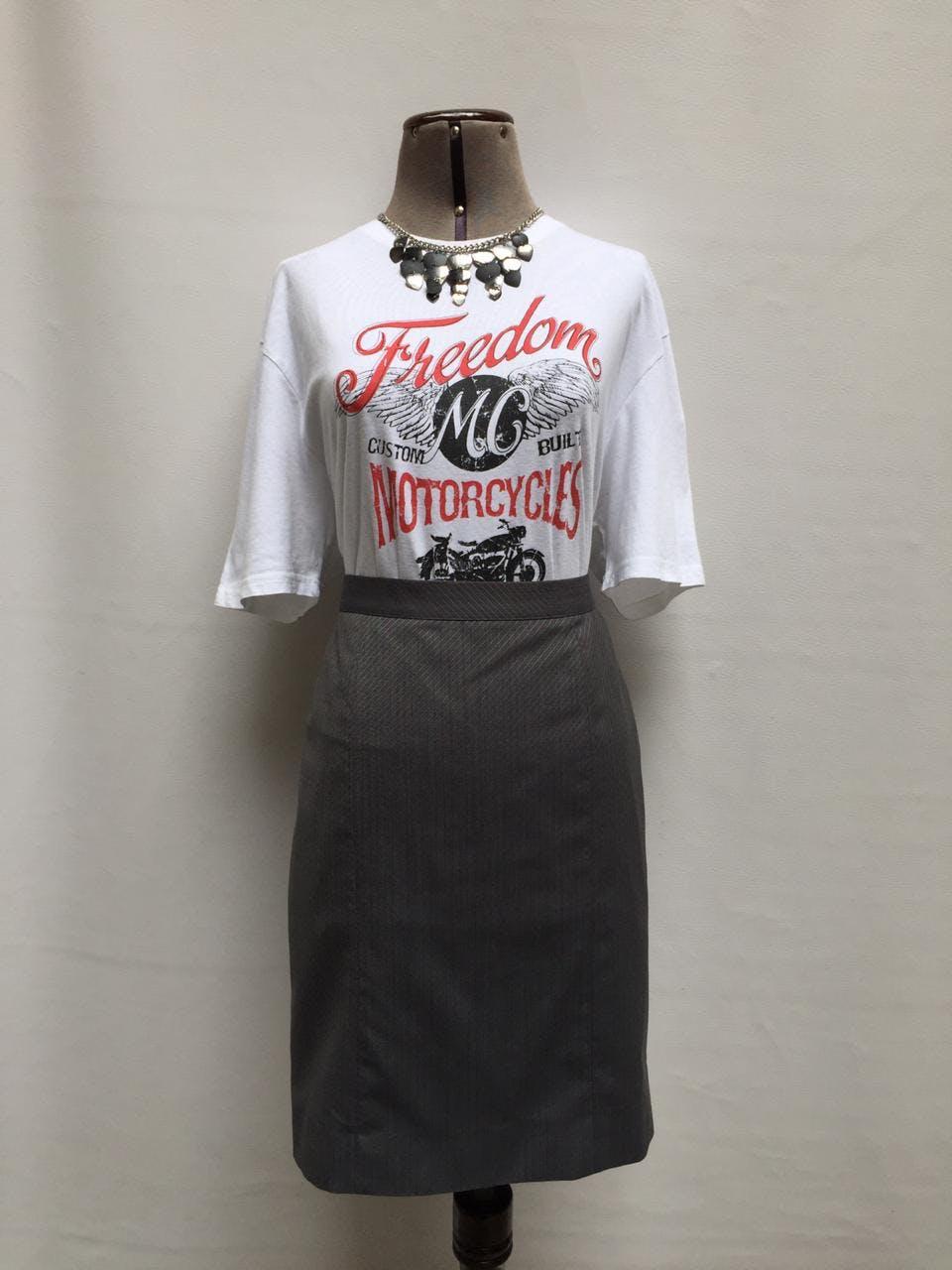 Falda Carolina recta gris con líneas guinda y plomas, 45% lana, forrada, con abertura en la basta posterior. Nueva con etiqueta