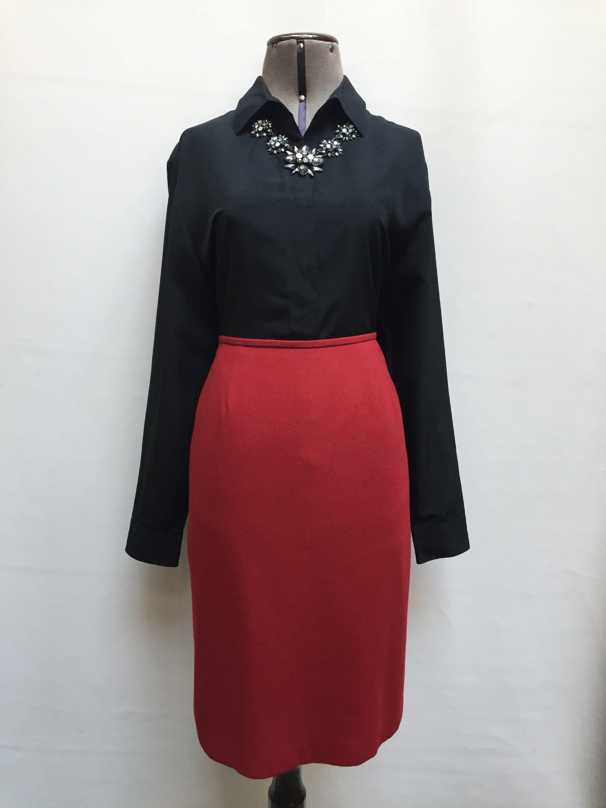 Falda Kasper a la rodilla, tela tipo sastre guinda, con cierre posterior y forro. Lindo color! Precio original USD45 Talla M (cintura 76cm)