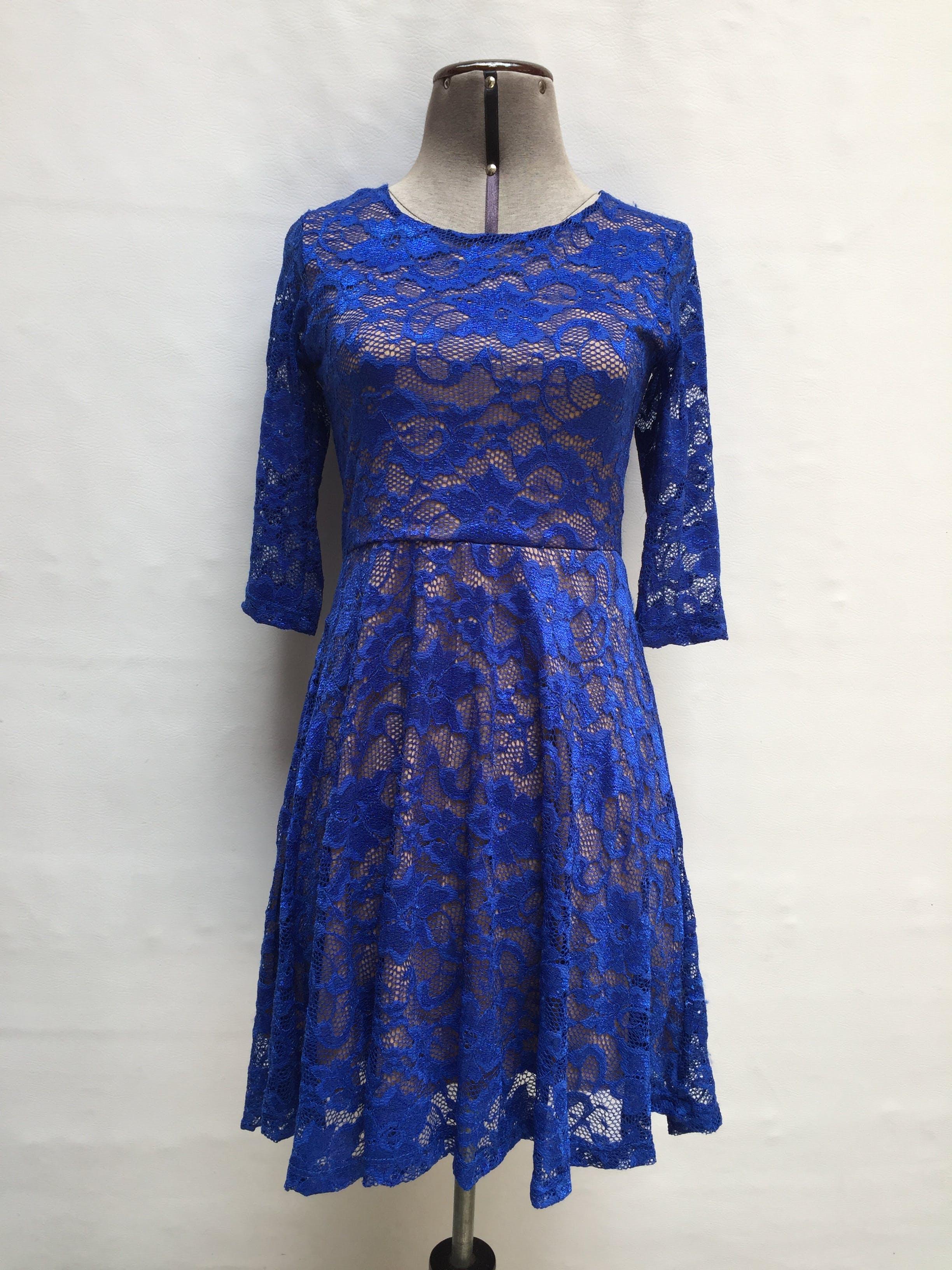 Vestido de encaje azul con forro color beige, manga 3/4 y cierre en la espalda con escote y tira para amarrar Talla S