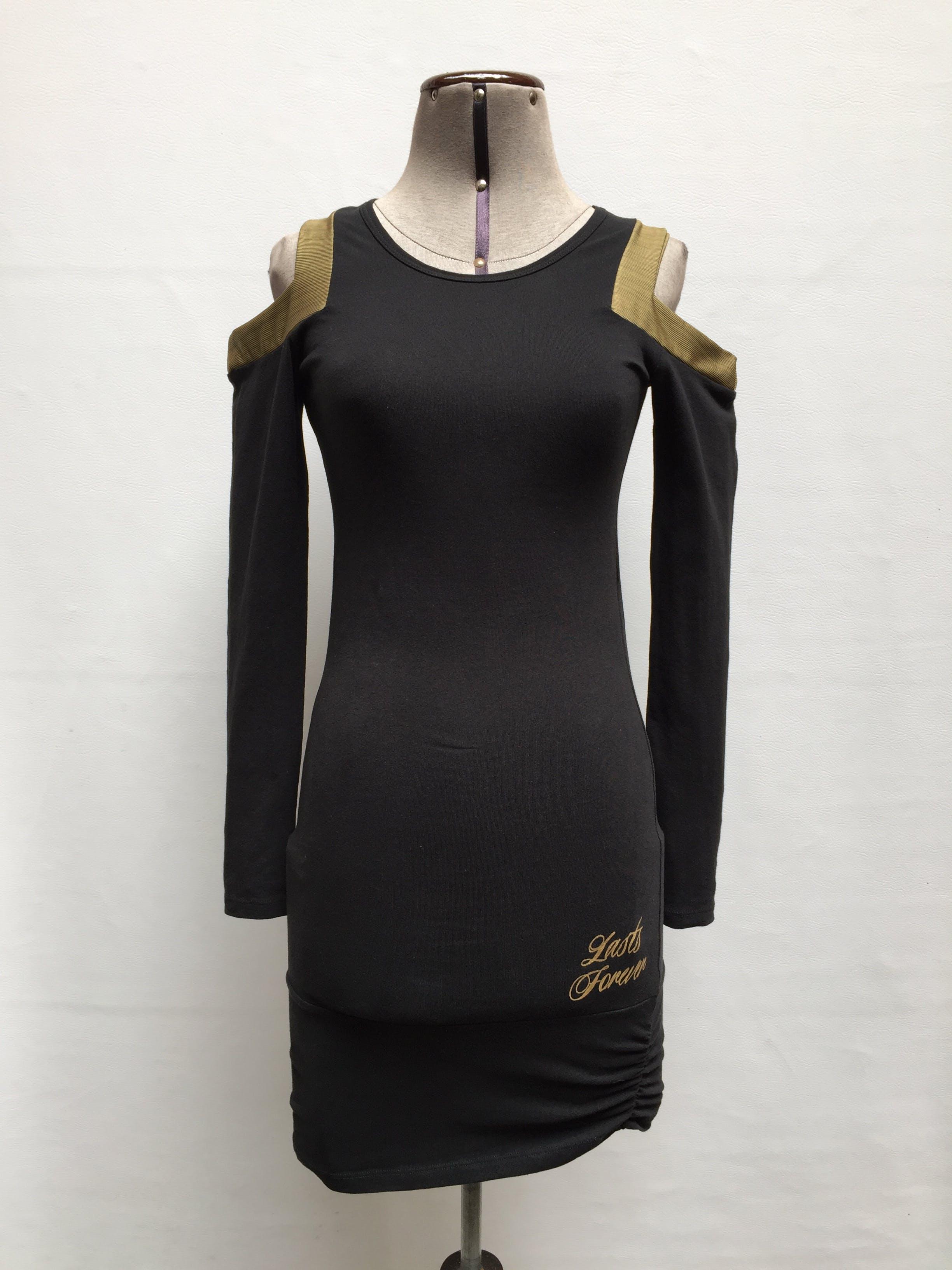 Vestido negro con calado en los hombros, manga larga, escote redondo y fruncido en los laterales de la basta, ligeramente strech Talla XS/S