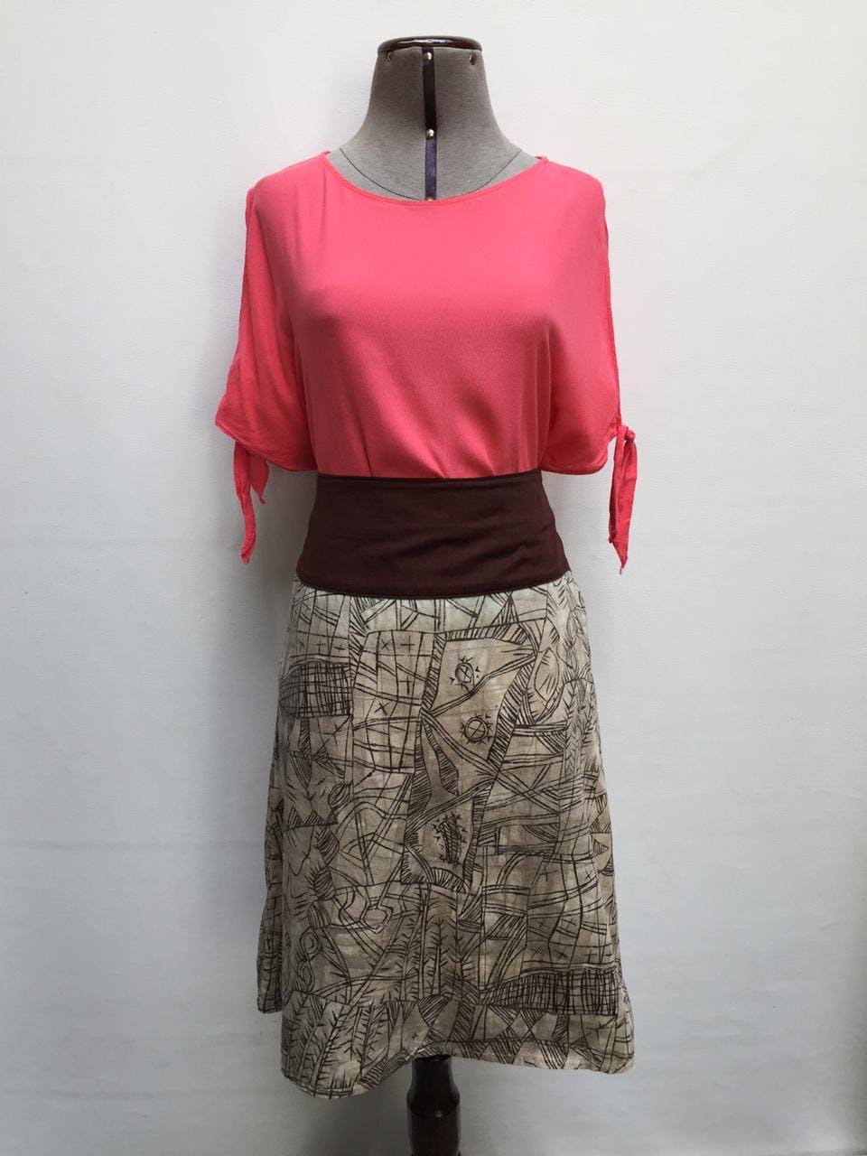 Falda Sybilla 100 % algodón crema con print de ramas marrones y pretina marrón, lleva cierre y botón lateral   Talla 28