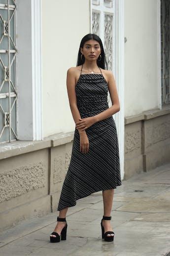 Vestido Max Studio negro con estampado crema, cuello halter, drapeados laterales, espalda escotada y basta asimétrica. Muy sentador! Precio original USD80 Talla S foto 1