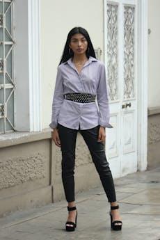 Blusa Sisley 82% algodón a rayas blanco y morado, slim fit con pinzas. Precio original USD50  Talla M foto 1