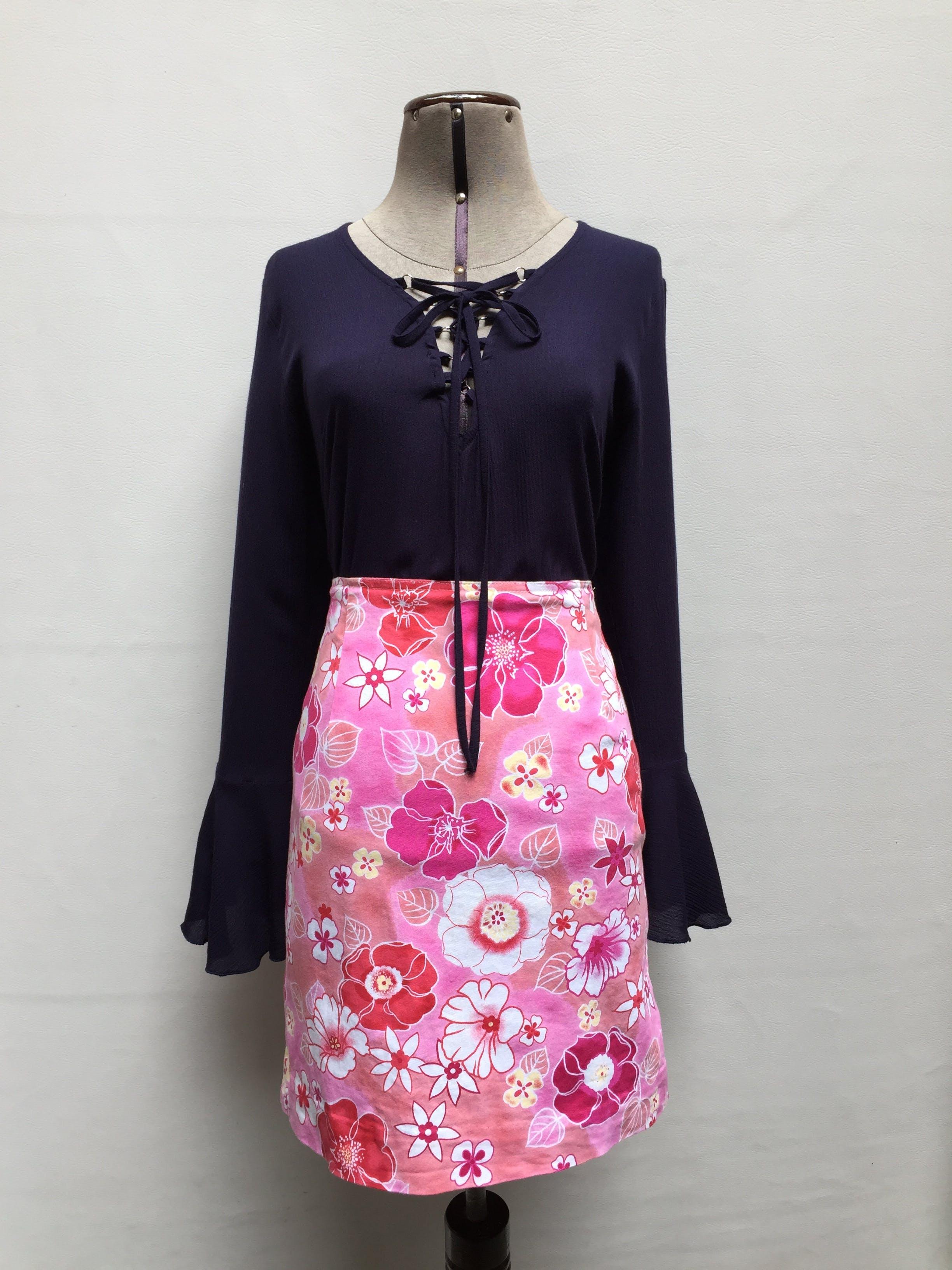 Falda fondo rosa con print de flores blancas y rojas, 96% algodòn  Talla S (78cm)
