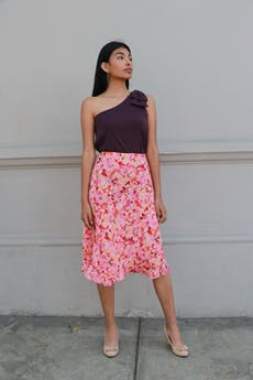 Falda midi de fondo rosa con flores ilustradas y  volantes en la basta, forrada  Talla L foto 1