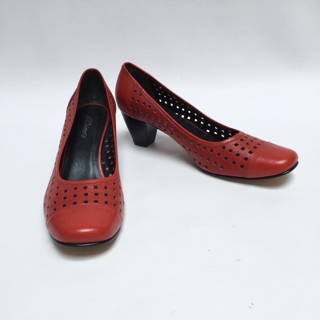 Zapatos de cuero rojo con textura y calado de cuadraditos, taco 5 cuadrado. Como nuevos! Talla 41