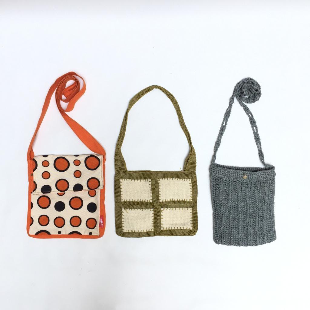 Cartera tejida a crochet verde olivo con cuadros crema, forrada y cierra con velcro Alto: 19cm Largo: 24cm