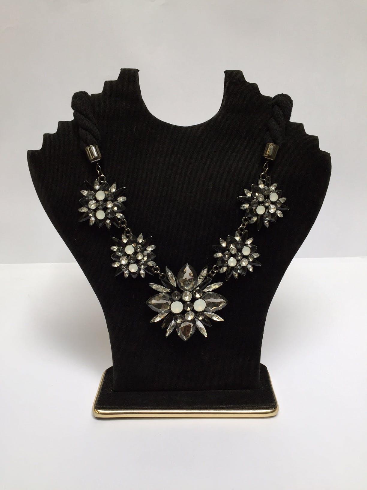 Collar de tela trenzada con flores metálicas negras y blancas, aplicaciones tipo diamante