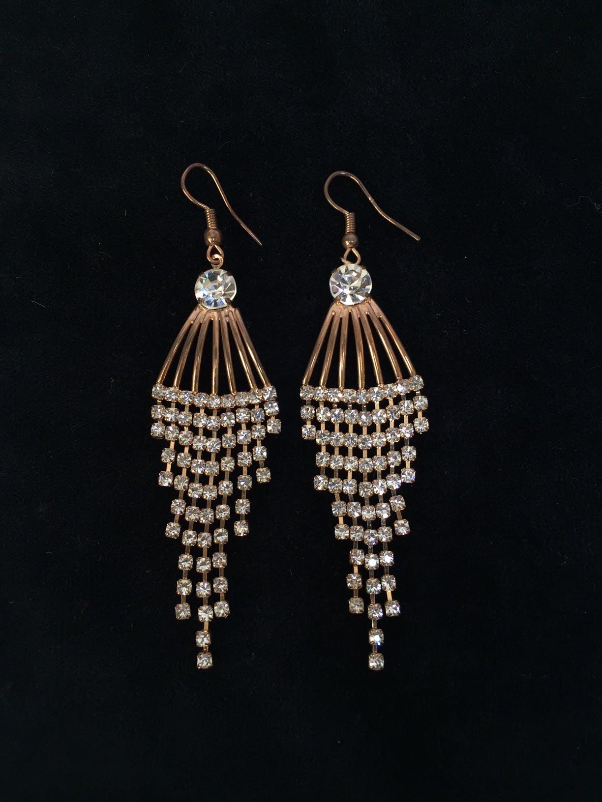 Aretes dorado en forma triangular con tiras de incrustaciones tipo diamante Largo: 7 cm
