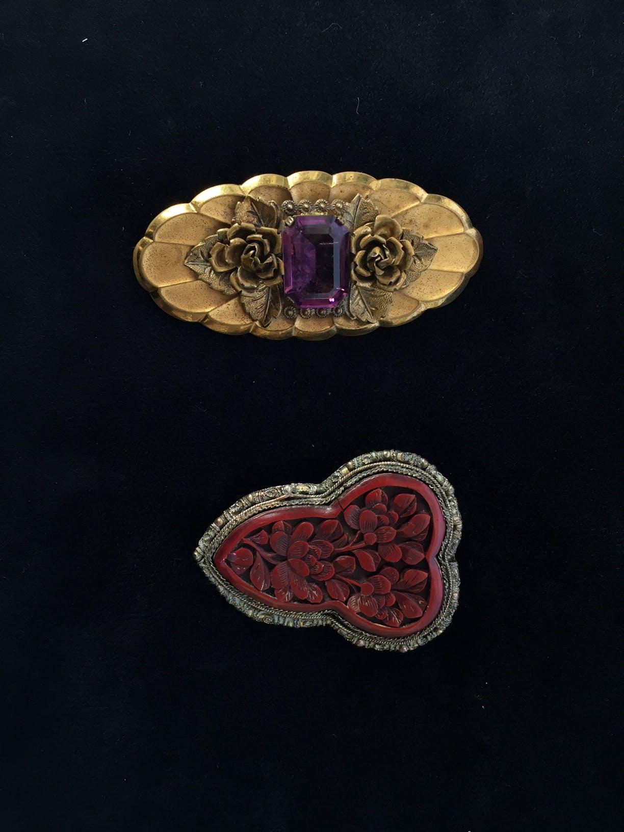 Broche dorado con textura de rosas y piedra morada en el medio Alto: 3,5 cm Largo: 6,5 cm