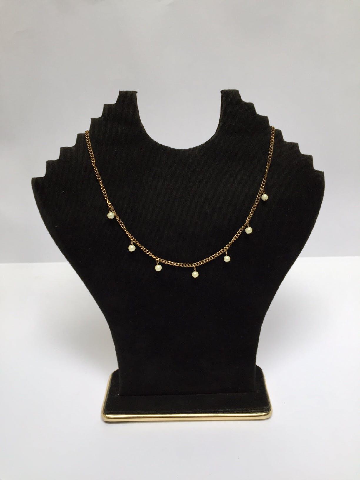 Collar de cadena dorada con perlas colgando Circunferencia: 41 cm