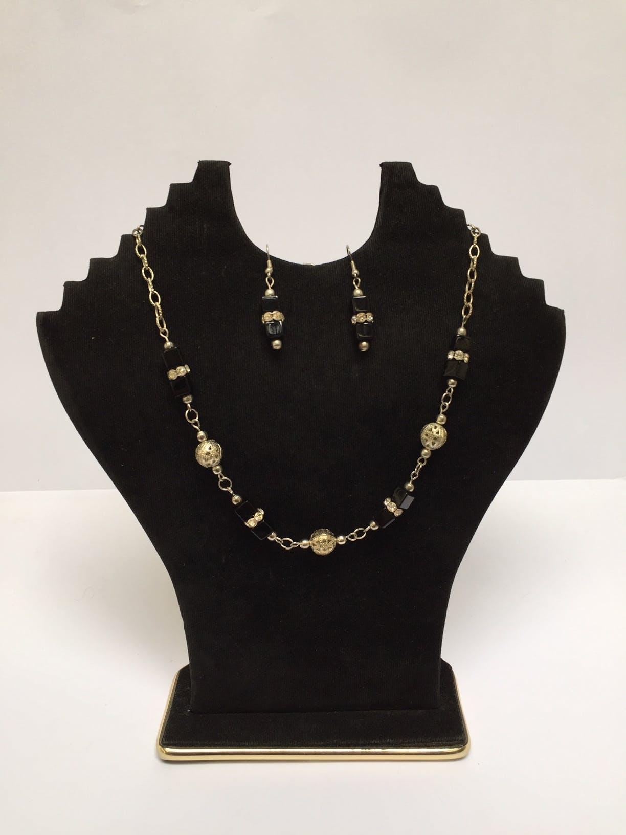 Collar de bolitas plateadas forradas en estilo filigrana con  piedras cúbicas negras y strass Circunferencia: 44 cm