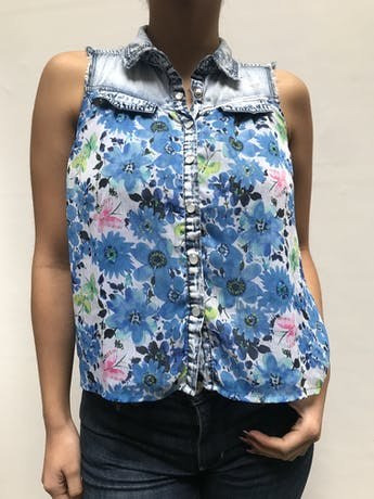 Blusa de denim con gasa estampada de flores azules, lleva forro y botones broche Talla S foto 1