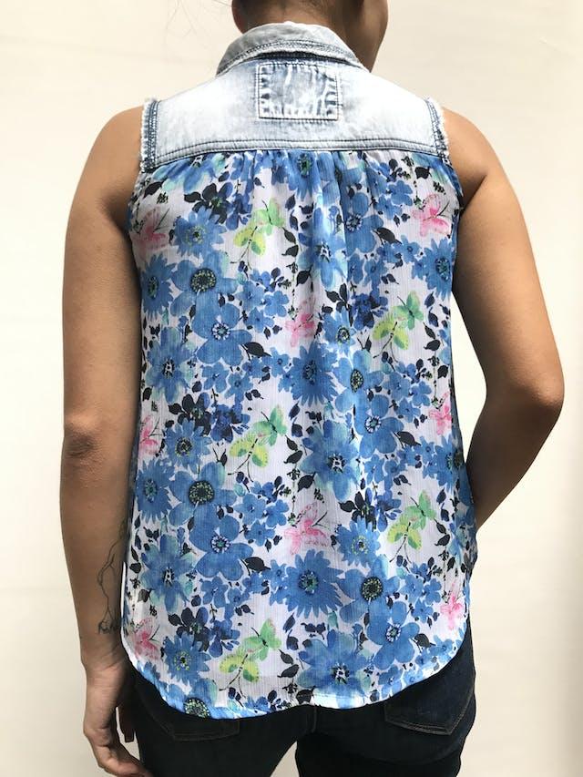 Blusa de denim con gasa estampada de flores azules, lleva forro y botones broche Talla S foto 2
