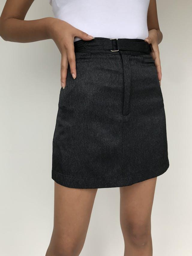 Falda mini a la cintura, correa incorporada con pega pega, tiene bolsillos   Talla XS foto 2